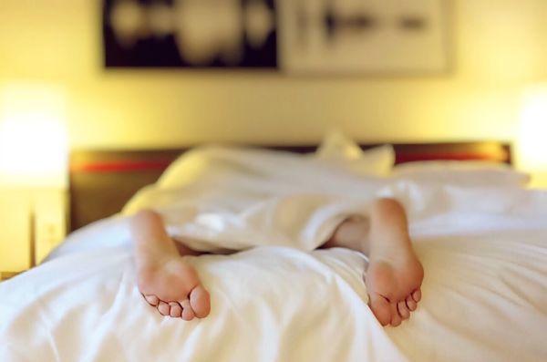 Homme couché fatigué