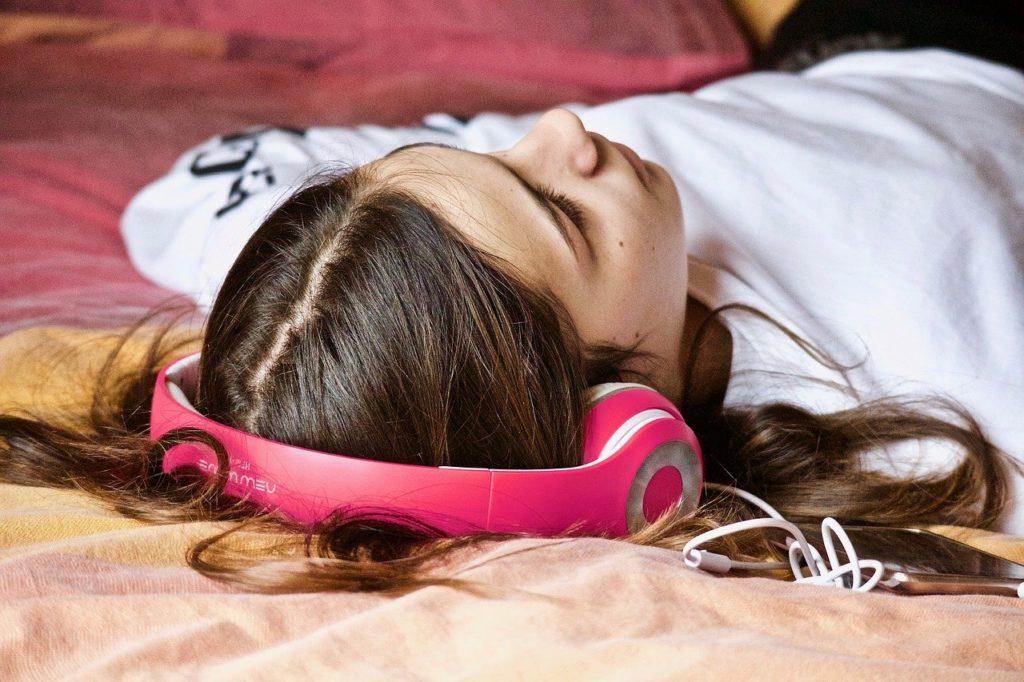 adolescente couchée sur son lit