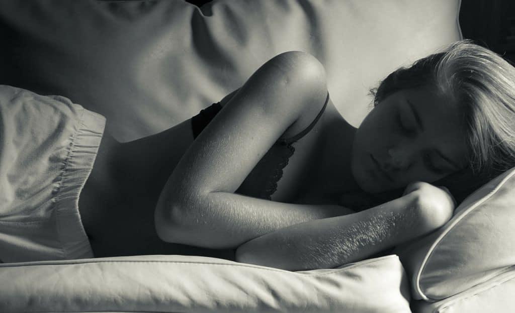 Femme couchée dans son lit